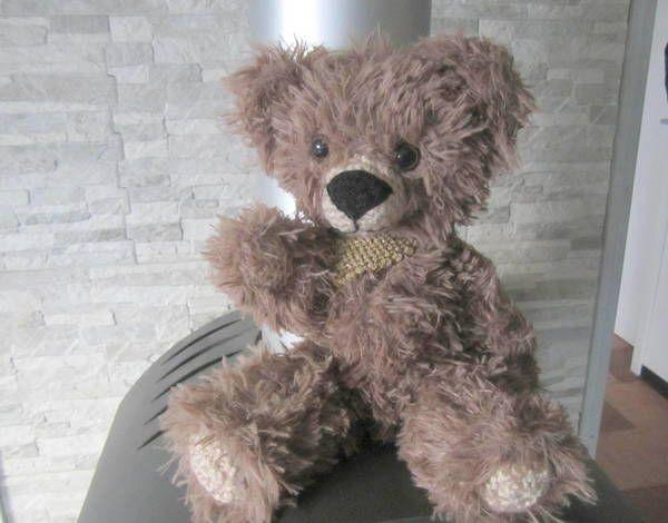 Strick Dir jetzt gleich einen schönen Teddy // Bären mit beweglichen Armen und Beinen. Super auch als Geschenk. Probiers aus mit der PDF-Anleitung.