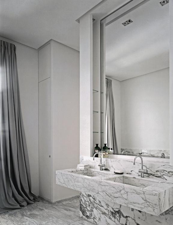 Appartement à Paris, décorateur Pierre Yovanovitch © Philippe Garcia - salle de bains - marbre / marble _ bathroom