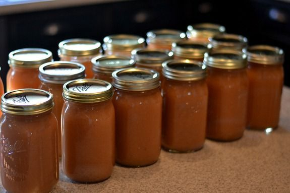 Fall Recipes | How to Can Applesauce ~ Apple season is almost here! Get ready with this recipe for homemade apple sauce. You can make a large batch and then enjoy the taste of fresh apples all year long. YUM!
