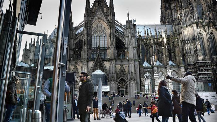 Waarom in Keulen? Geen Duitser zal het verbazen. De stad worstelt al decennia met zijn donkere kant: roversbendes met hun wortels in het buitenland.
