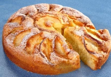 Lekki biszkopt z jabłkami. Kliknij w zdjęcie, aby poznać przepis. #ciasta #ciasto #desery #wypieki #cakes #cake #pastries