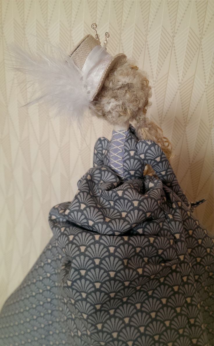 Tilda Doll: Victorian inspired dress and feathered top hat (4/4)