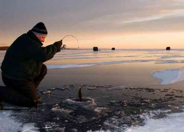 Ice fishing in georgina lake simcoe cdngetaway travel for Lake simcoe fishing