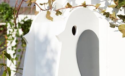 <p>Zbuduj przytulny domek dla ptaków w ogrodzie lub na balkonie i ciesz się ich śpiewem o poranku. To z pewnością jedna z najpiękniejszych melodii wiosny i lata. Pomysł na pewno spodoba się małym mieszkańcom i zostaną w twoim ogrodzie na dłużej. Zobacz jak wykonać budkę lęgową dla ptaków krok po kroku.</p>