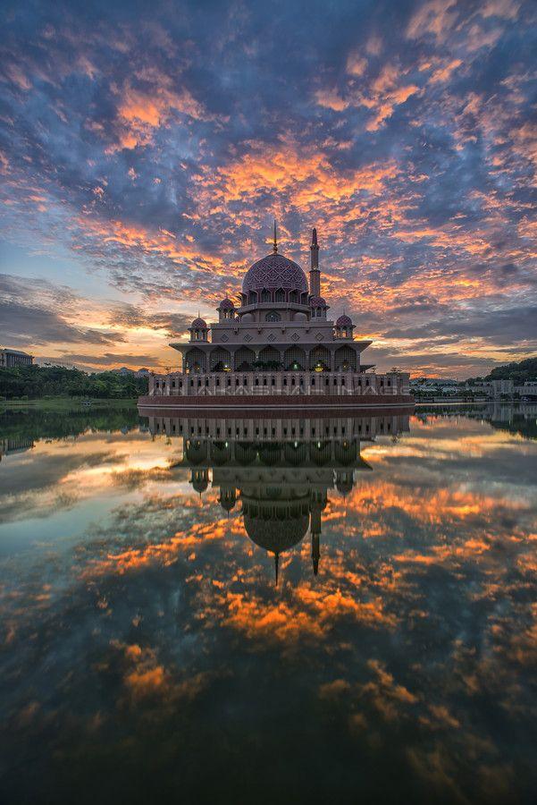 The Putra Mosque, Malaysia #travel #traveltips #beautifulplacesintheworld  http://travelideaz.com/