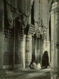 صور معالم مختلفة من الروضة الشريفة، المسجد النبوي الشريف عام ١٩٥١. تم التقاط هذه الصور من قبل بعثة مصرية درست التطوير الهندسي و المعماري للحرمين. The Holy mosque of Medinah in 1951. http://www.dawntravels.com/umrah.htm