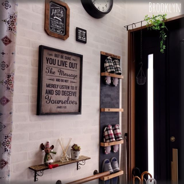 sonoeさんの、玄関/入り口,飾り棚,DIY,ウォールシェルフ,セリア,スリッパ収納,スリッパラック,男前,サインボード,多肉フェイク,niko and… ,アロマスティック,ブルックリン,ブラウン×ブラック,壁掛け収納,BLOOKLYN,トナカイさん,ごちゃごちゃさせない,のお部屋写真