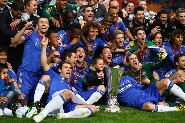 The trophy photobombs Fernando Torres!