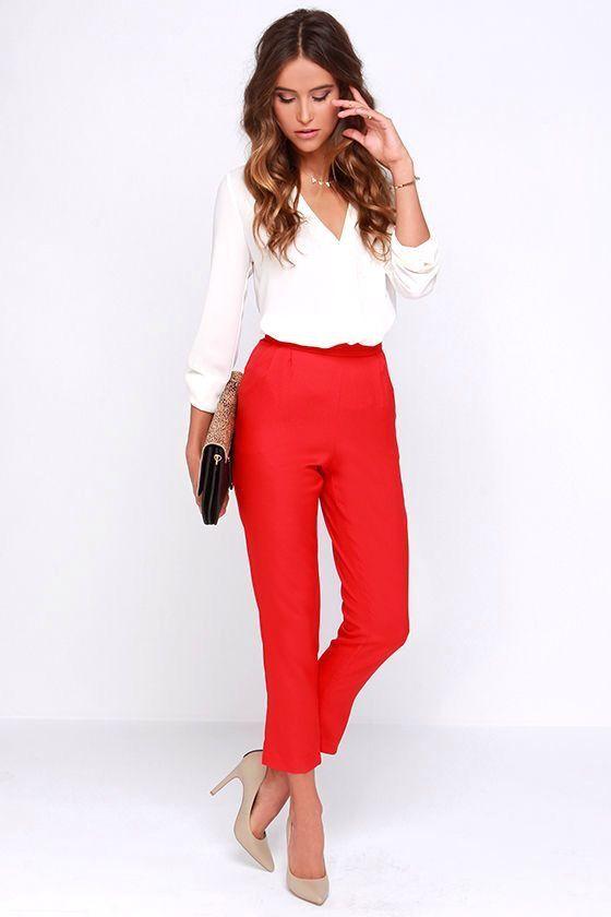 Rote dünne Hosen des Geschäftsberufskostüms weiße Hemdfersen
