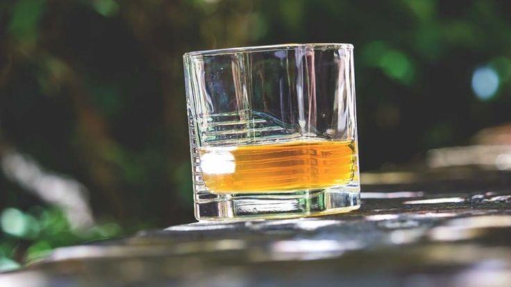 Bicchiere di Oban, whisky scozzese torbato e morbido, whisky pregiato per regalo