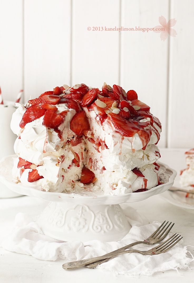 Kanela y Limón: Pavlova de fresas con nata Beautiful delicious looking cake but I don't understand directions for those who do enjoy this beauty.