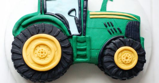 eine Schritt für Schritt  Beschreibung wie man eine zweidimensionale Motivtorte in Form eines John Deere Traktors herstellt.