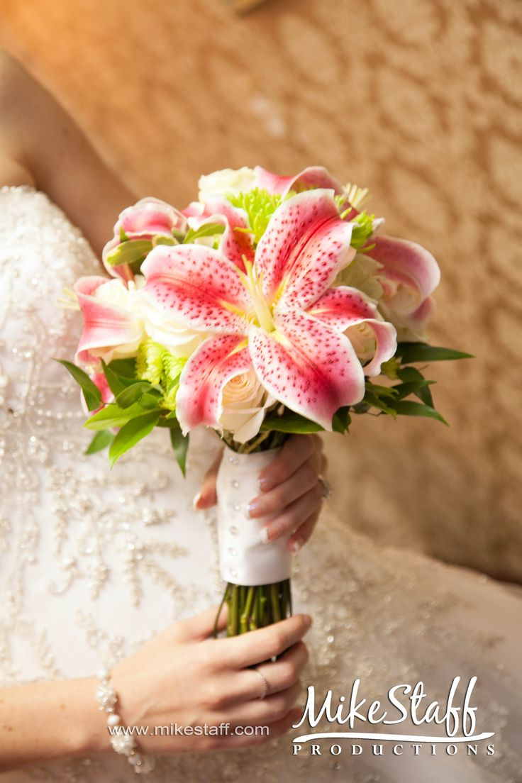 Absolutely love this!!!! Lilies are my favorite kind of flowers! Definitely want them in my bouquet