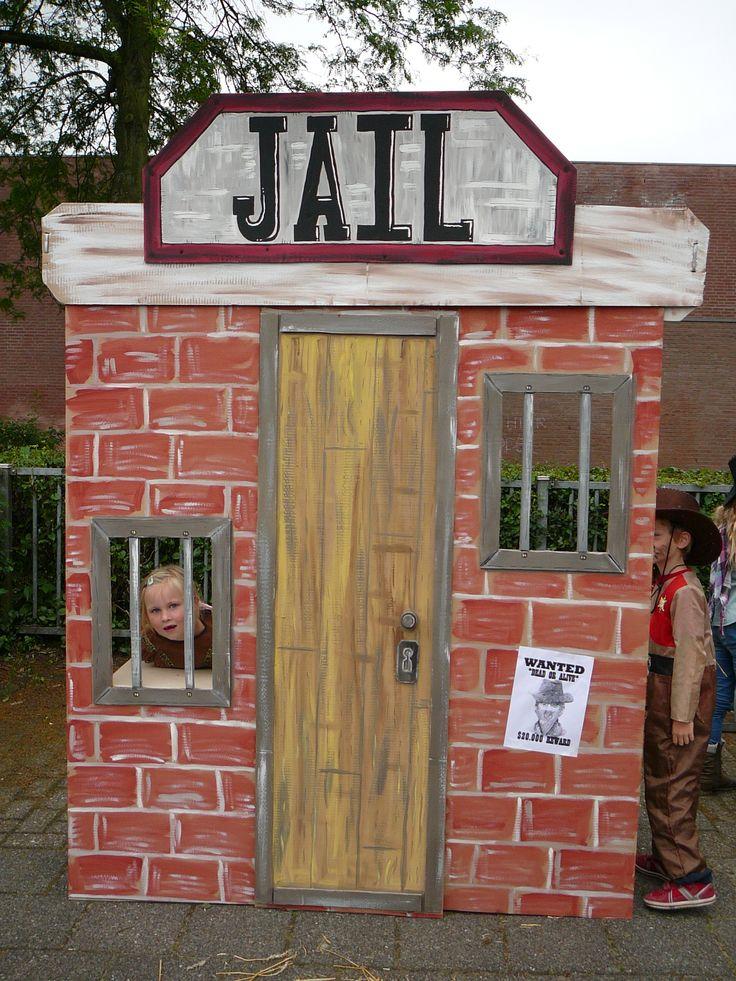 Gevangenis, gemaakt van karton, beschilderd met restjes muurverf. Voor het eindfeest op OBS de Weesboom.