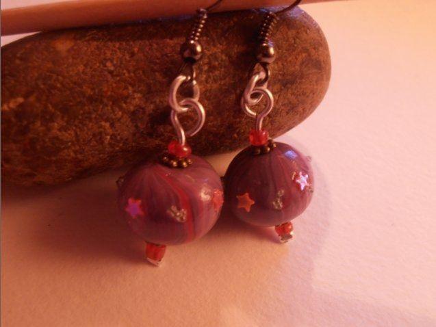 Grosse perle violette chamarée avec décoration étoile : Boucles d'oreille par natsaka