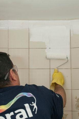 Azulejo com cara de novo – Banheiro pintado com a Wandepoxy base água da Coral – Itaipava Tintas