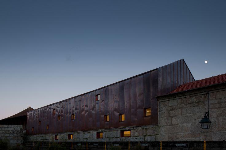 Uma chaminé industrial em tijolo e uma série de tanques de tratamento de couros. O ribeiro, as pequenas ruelas e caminhos irregulares. As paredes em madeira e granito. E os acabamentos em cobre.