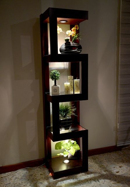 Esquinero con Luz Mod Z3. Cuenta con dos faros halogenos de 50 watts y 4 espacios para decorado. 3 Repisas con Cristal. Disponible en www.natdeco.jimdo.com:
