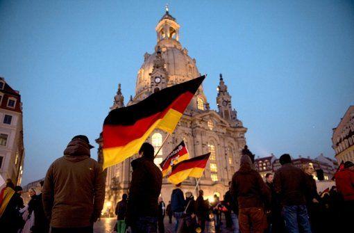 Studie über die Deutschen Vereint, aber nicht durchweg einig Von Armin Käfer 18. Februar 2015 - 20:57 Uhr  Die politischen Ansichten von Ost- und Westdeutschen gleichen sich an. Doch es gibt auch 25 Jahre nach der Wiedervereinigung noch immer markante Unterschiede. http://www.stuttgarter-zeitung.de/inhalt.studie-ueber-die-deutschen-vereint-aber-nicht-durchweg-einig.5c68c06e-07f7-41c4-9b63-3b7eb4947892.html