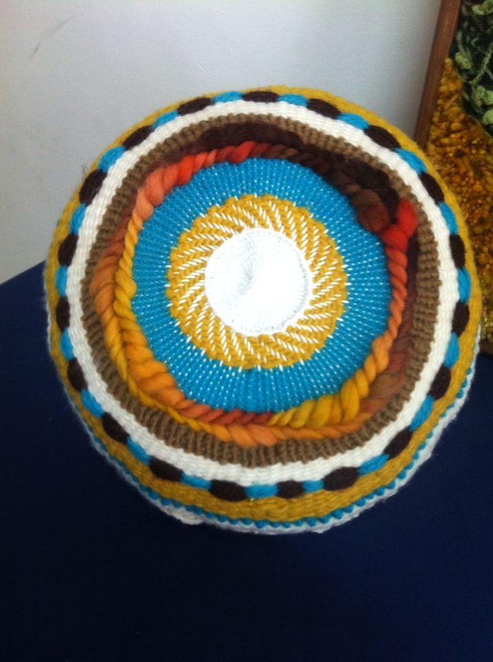 Cojín en telar redondo tejido por Sarita