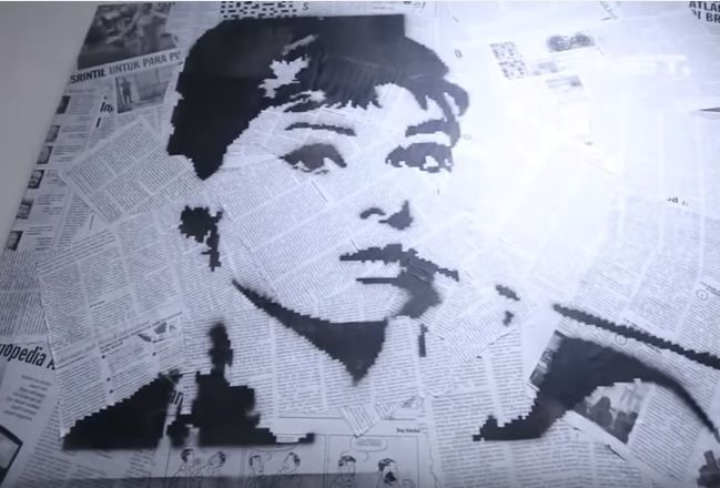 Pada kesempatan ini kita berkreasi membuat kerajinan tangan unik berbentuk lukisan kertas koran yang akan terlihat sangat menarik dan mudah dibuat sendiri