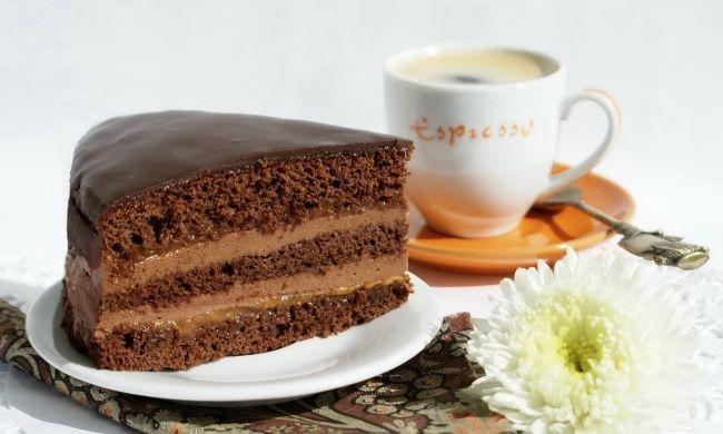 Možná jste o něm ještě neslyšeli, ale dort Praha je vynikající čokoládový dezert. Kupodivu s naší Stověžatou a Zlatou Prahou nemá vůbec nic společného. Tak proč to jméno? Vynálezce dortu je totiž Vladimir Guralnik, vedoucí cukrář v moskevském restaurantu Praha. Který dort může být lepší, než ten čokoládový plněný čokoládou? Mňááááám!