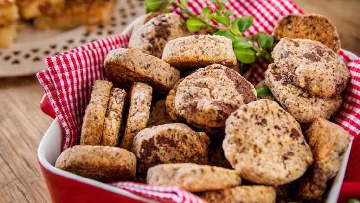 Baka spröda småkakor fyllda med mörk choklad och hasselnötter. Det här receptet är i princip omöjligt att misslyckas med!