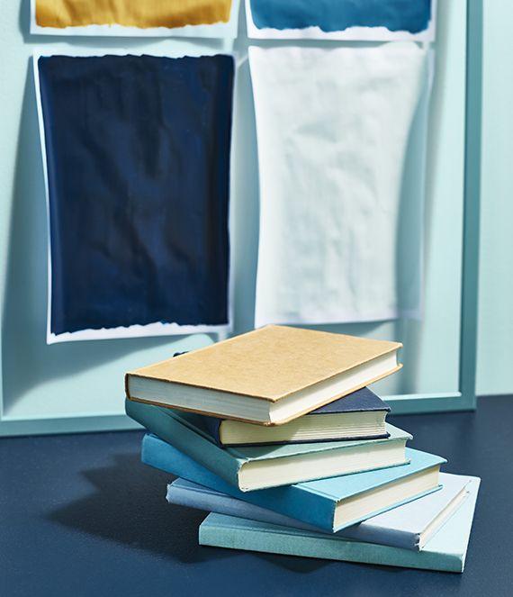 Blauw met gele stof en blauwe boeken