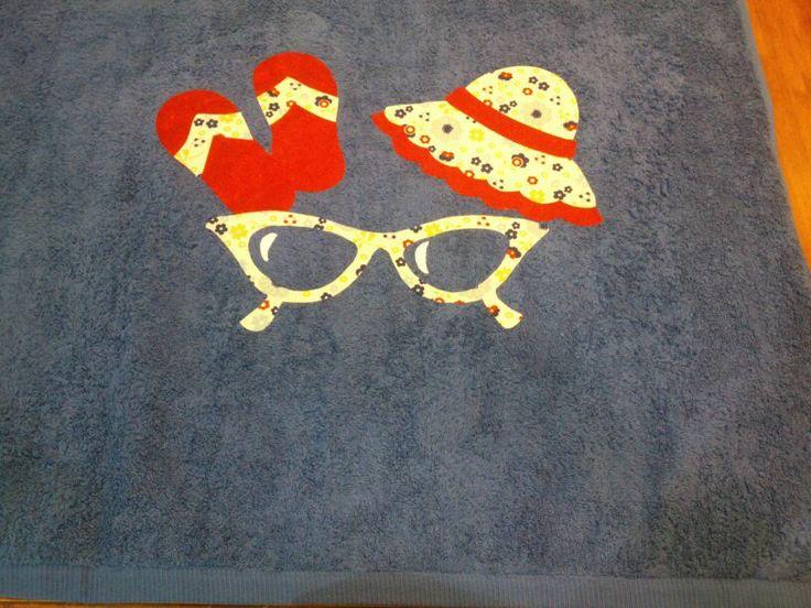 toalla playa con gafas, chanclas y gorro. www.didalonline.com
