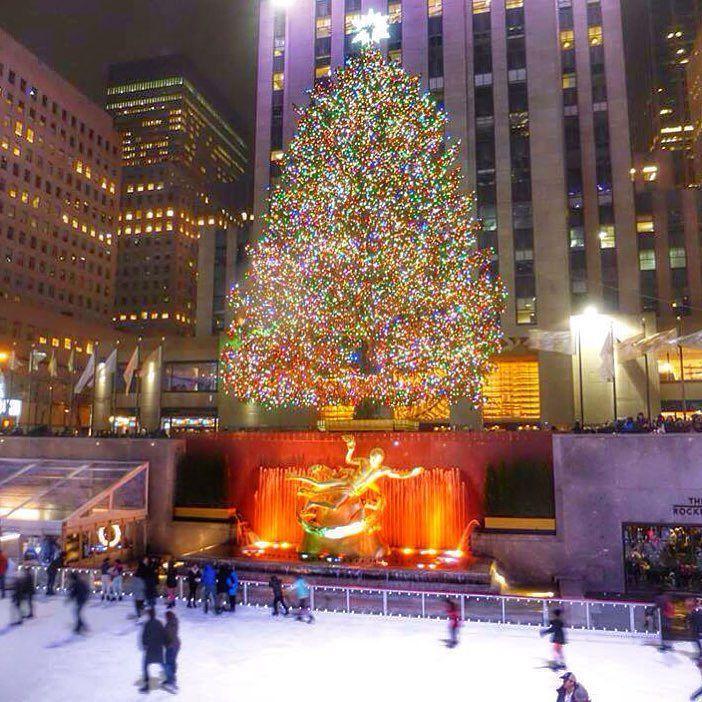 La famosa pista de hielo y árbol navideño que cada año esperan los Neoyorquinos y turistas en el Rockefeller Center es uno de los tantos decorados navideños  para visitar  en la gran manzana.  _____________________________________________ #rockefeller #rockefellercenter #arbolito #navidad #pistadehielo #merrychristmas #patin #nuevayork #icapture_nyc #nyc #manhattan  #iger #viajeroscopados nj #ny #nyclife #nycnightlife #nycc #city #cityscape #citylife  #nyc #luces #navidad #vsco…