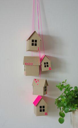 """Pluie de  5 maisons """"Fluo rose"""" de tailles différentes à suspendre by la boutique de Mô"""