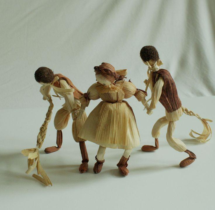 """""""Hody, hody..."""" - tři figurky volně stojící Interiérová dekorace - děvčica a dva chaláni - velikonoční dekorace v přírodních barvách volně stojící. Výška stojící figurky je 15 - 17 cm. Figurky jsou spojeny ručičkama a je třeba je naaranžovat tak, aby stály. Trojice je uvázána tak, že stojí sama - viz foto. Já vím, že před vánoci je divné tohle vystavit, ale ..."""