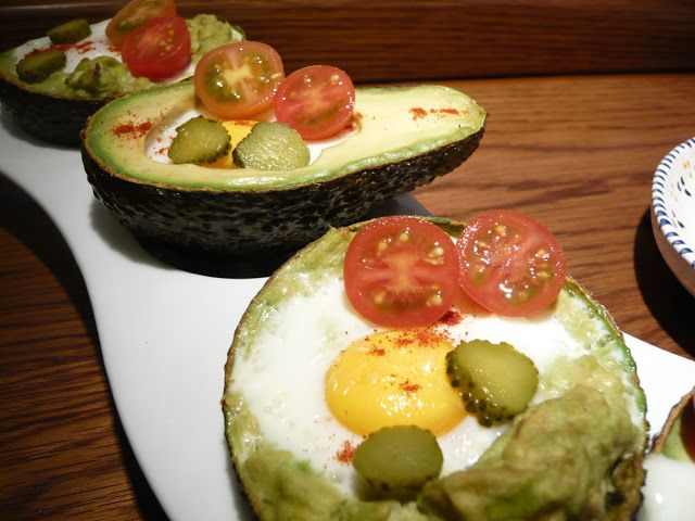 Aguacates asados con huevo
