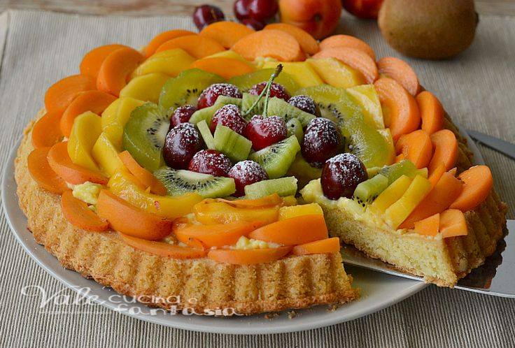 Crostata morbida con frutta fresca e crema pasticcera, freschissima e leggera, ricca di frutta fresca, una base morbida e crema, un dolce delicato e goloso