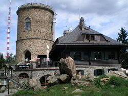 K nejstarší kamenné rozhledně a nejvýše položené hvězdárně v Čechách
