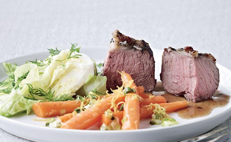 Lammeculotten er et helt reelt stykke kød med kort stegetid. De svinger meget i størrelse, så kig på vægten, om du skal beregne 1 stor eller 2 små. Servér lam med forårsagtige grøntsager til, så er det fin og lækker weekend-mad.