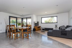 Salon parquet et carrelage - maison cubique de plain pied en ossature bois par Innov'Habitat Crédit Photo : Olivier Liévin