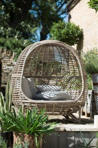 It might LOOK like you're on holiday, but this could actually be in your garden! Create the ultimate summer vibes in your outdoor space Sri Lanka day bed!