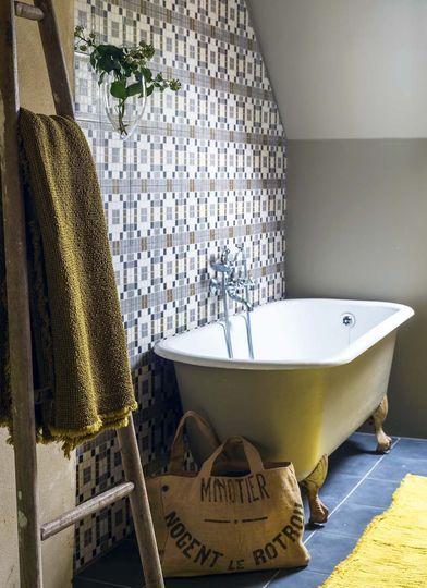 Dans la salle de bains, les carreaux de ciment donne un peu de couleur à la pièce - Plus de photos sur Côté Maison http://petitlien.fr/79u0