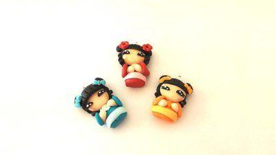 """Dalla serie """" MONDO KOKESHI"""" CIONDOLO bambole giapponesi - una a scelta - portafortuna     - FIMO -   - idea regalo - natale -"""