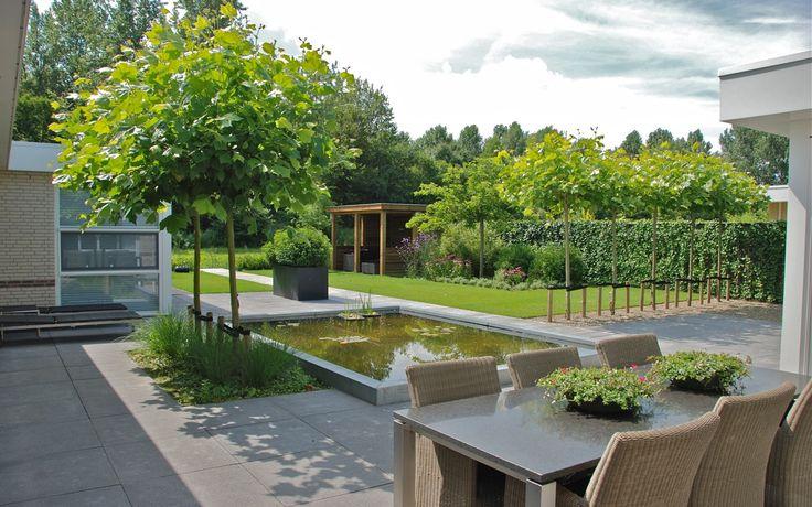 Grote strakke tuin bij villa in Lelystad. Van Veen Tuinontwerpen tuinontwerp hovenier tuinaanleg vijver overkapping zinken bakken