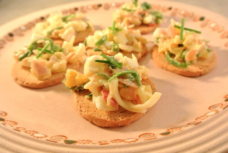 Deze ham-prei salade is heerlijk om op een toastje te serveren, als een borrelhapje. Maar je kunt deze salade ook op brood doen en er een lekkere sandwich van maken. En tot slot kan je de salade ook gewoon serveren alssalade, lekker met wat aardappeltjes en een stukje vlees of vis erbij. Tijd: 15 min....Lees Meer »