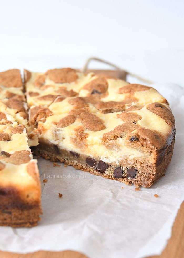 Chocolate chip cookie cheesecake taart, dat is een hele mond vol. Maar dan ook wel gelijk een van de allerlekkerste taarten.