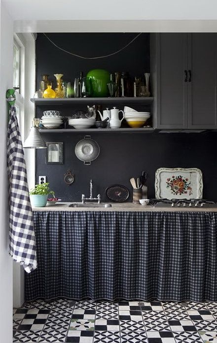 I don't usually care for dark paint colors, but it works well here with white accents and black and white gingham. ~ BlueberryHome.fr