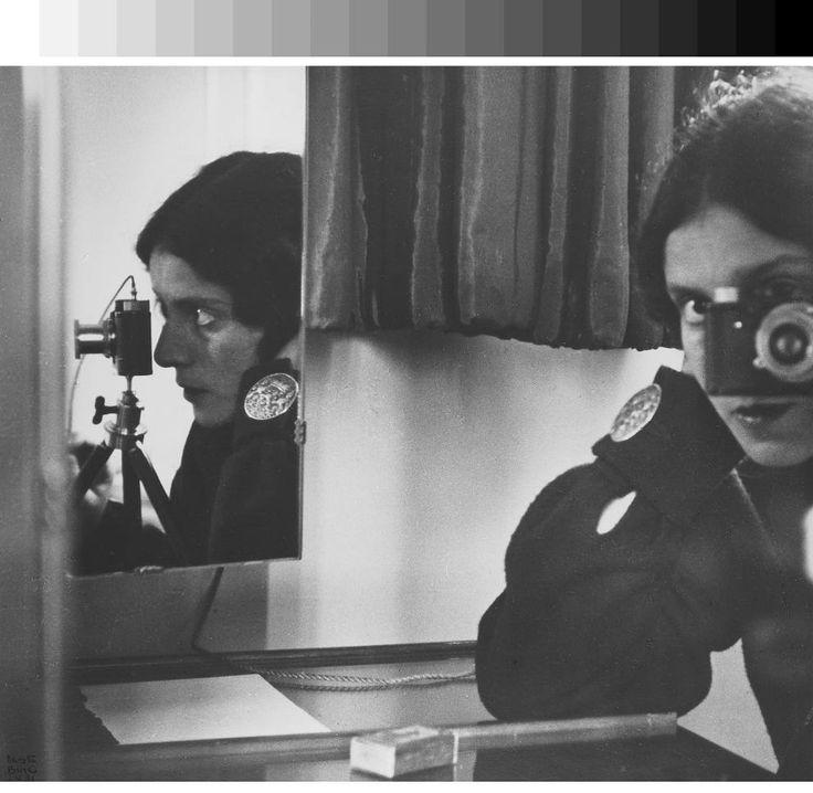 Questo possiamo considerarlo il primo «selfie» della storia. Siamo nel 1936 e la fotografa tedesca Ilse Bing (1899-1998) fa uno scatto di fr...
