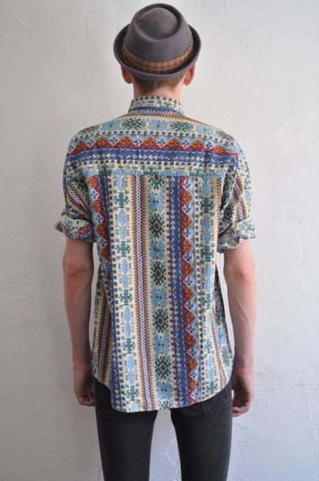 The shirt! Pala com padrão vertical, costas com padrão vertical.