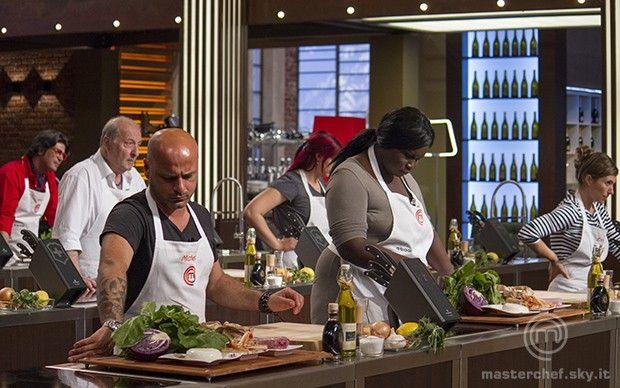 Gli aspiranti chef alla presa con gli ingredienti scelti da Tiziana