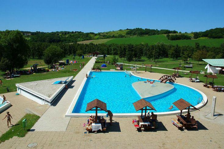 A Szent Gróth Termálban számos medence és az ország egyik legjobb minőségű termálvize fogadja a látogatókat.