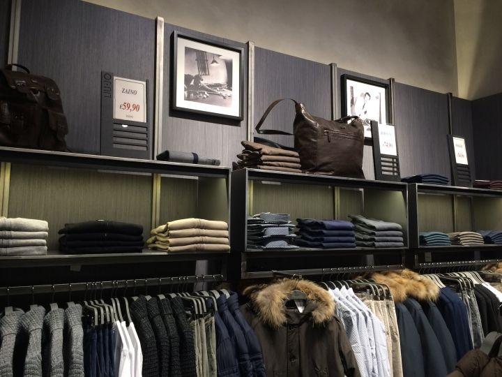 Стильный интерьер магазина мужской одежды Liu Jo Uomo