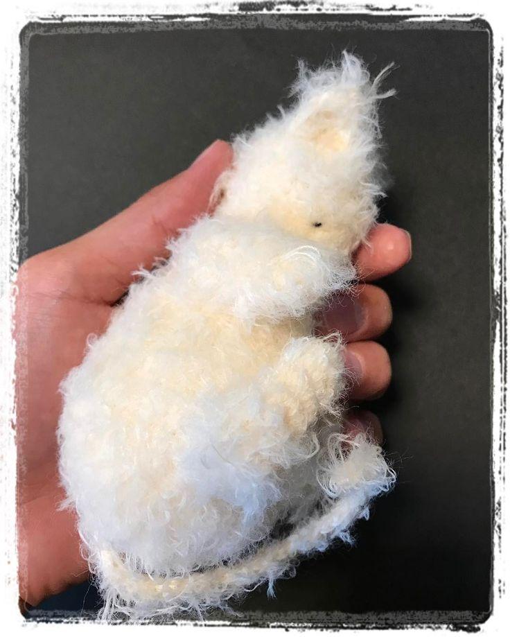 """Try far yarn for """"Be my Valentine"""" pattern and get a fraction friend!  ファーヤーンで編むとふわふわのネコになります  Published: heart-shaped sleeping kittens free pattern!  This pattern is licensed underCC BY-SA. Enjoy!  http://ift.tt/2nKpHVh  ハート型になって眠っている子ネコのあみぐるみ無料編み図で公開しましたこちらはクリエイティブコモンズライセンス(CC BY-SA)で提供していますご自由にお楽しみくださいー  #piggiesagogo #crochet #あみぐるみ #cat #ねこ #amigurumi #kitten #heart #heartshaped #freepattern #無料編み図 #creativecommons #ccbysa"""